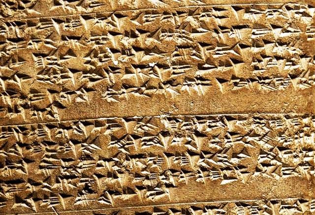 Fragmento duma tableta hitita contendo o piacula Hasawa, rituais cenificados e representados pola Mulher Velha