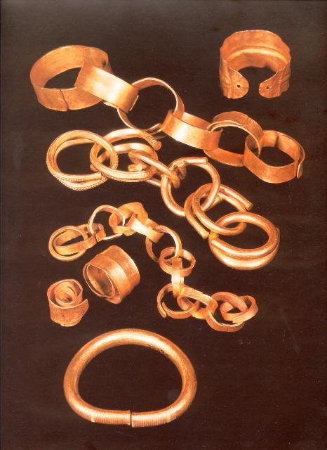 Este ouro, como o procedente do tesouro de Caldas, é seguramente producto do saqueo sistemático dos túmulos