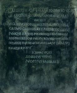 Hospitium nunha placa de bronce atopada en algún lugar de Lugo
